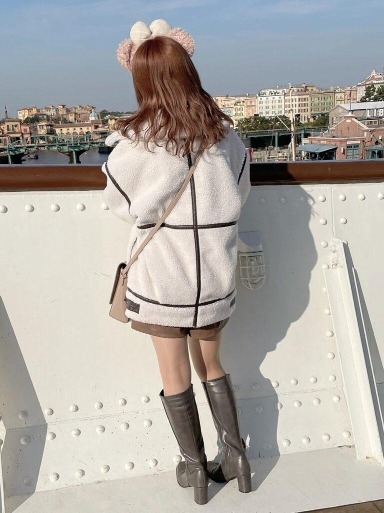 ムートンコート×茶色のミニスカート×グレーのロングブーツコーデ