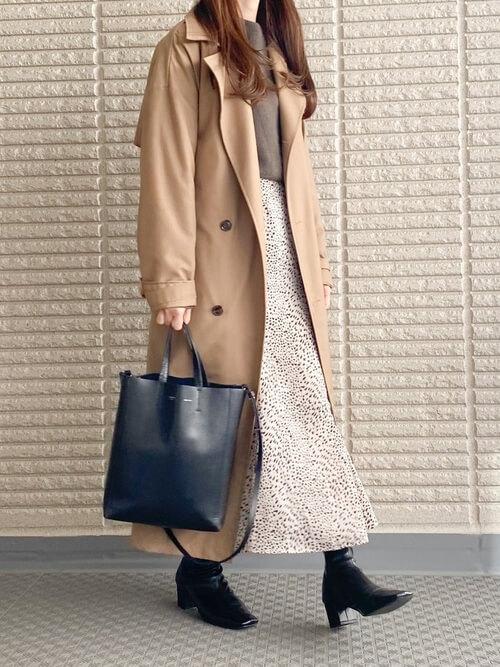 トレンチコート×トートバッグ×ブラウンのニット×ベージュのスカート×黒のブーツ