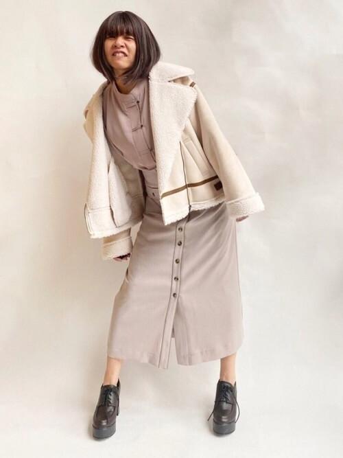 白のライダースジャケット×パープルのシャツ×ベージュのスカート×ブラウンのレースアップブーツ