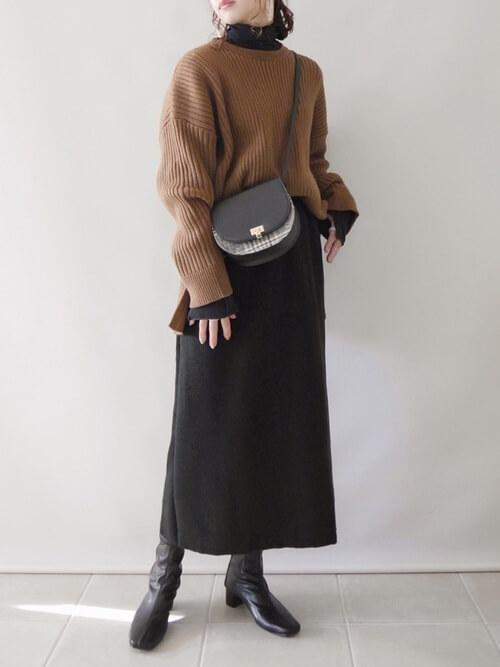 ブラウンのリブニット×黒のタートルネック×黒のスカート×黒のブーツ