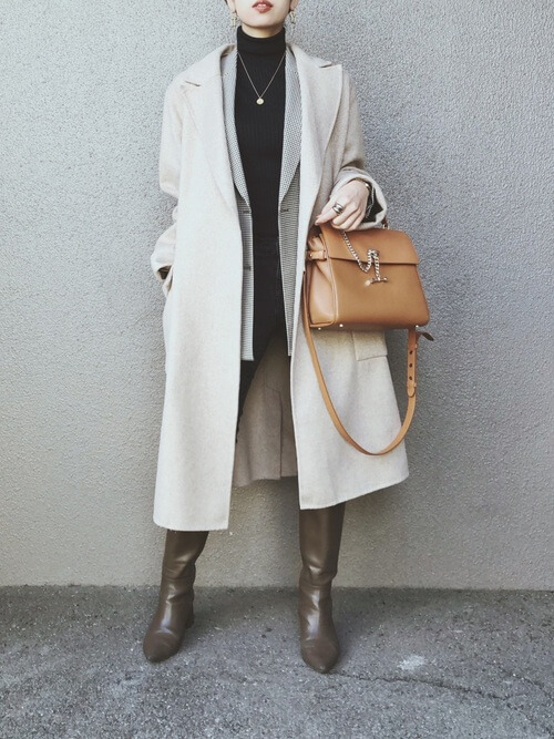 ロングブーツ×白のチェスターコート×グレーのジャケット×黒のタートルネックニット×黒のスキニーパンツ