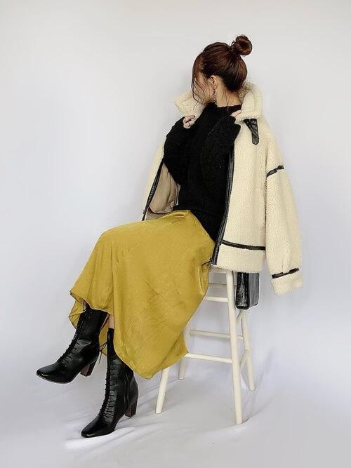 ロングブーツ×白のムートンコート×黒のニットセーター×イエローのスカート
