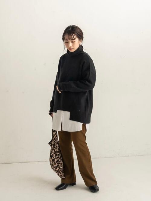 アシンメトリーニット×白のシャツ×ブラウンのフレアパンツ×黒のブーツ×レオパード柄のバッグ