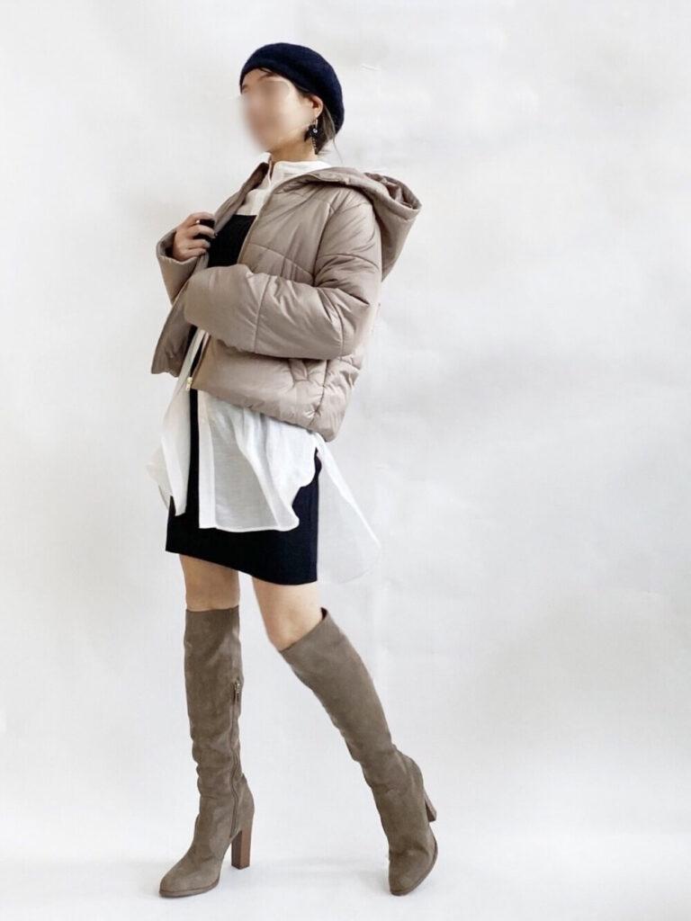 ダウンジャケット×白シャツ×黒のビスチェ×黒のミニスカート×グレーのロングブーツコーデ