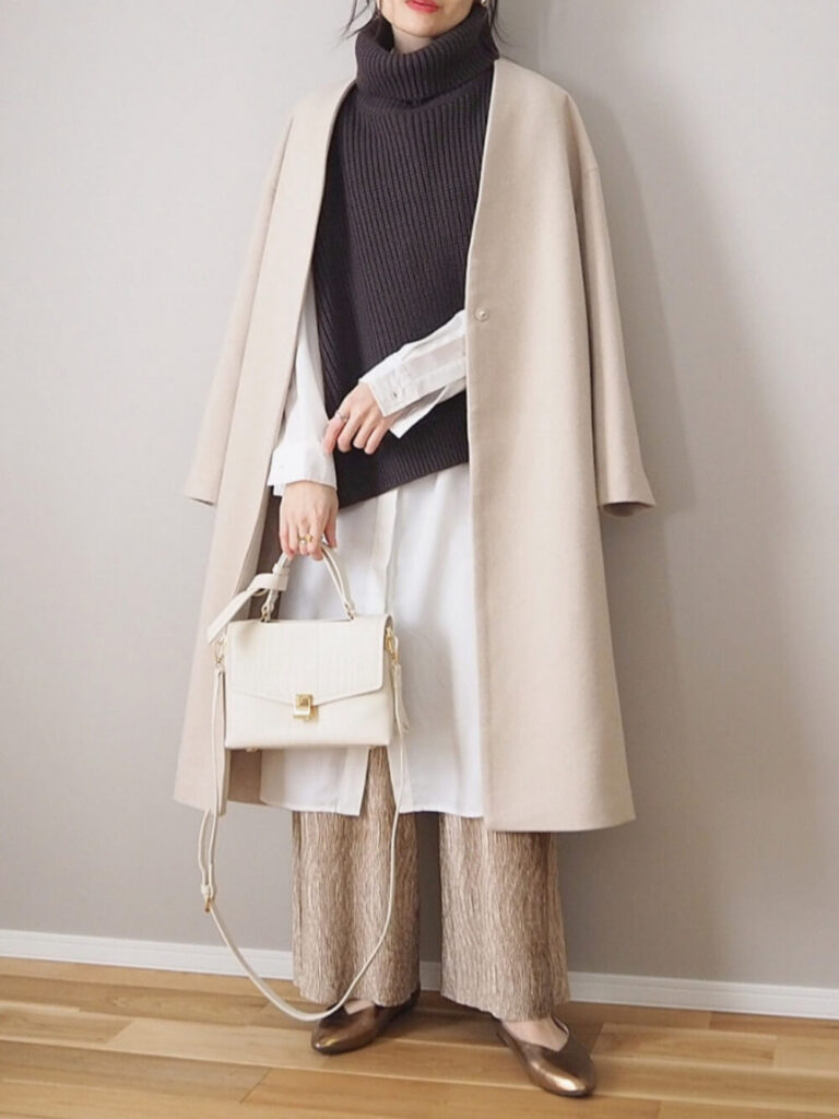白のロングシャツワンピ×ニットベスト×ノーカラーコート×パンプス×ベロアパンツの秋冬コーデ