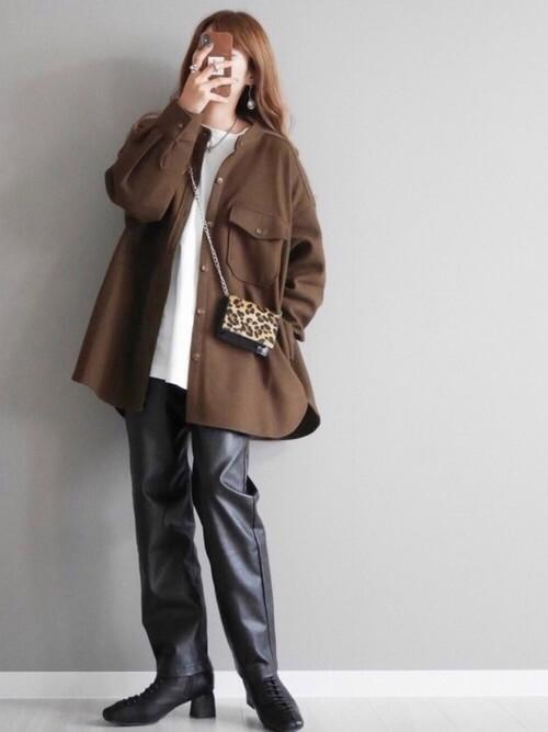 編み上げブーツ×ブラウンのジャケット×白のカットソー×黒のレザーパンツ