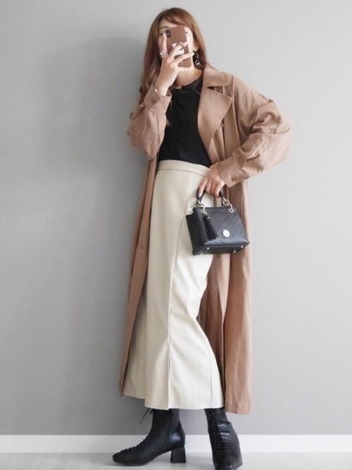 編み上げブーツ×ベージュのトレンチコート×黒のニット×白のタイトスカート