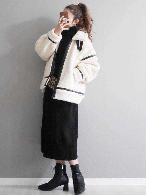 編み上げブーツ×白のムートンコート×黒のニットワンピース×レオパード柄のバッグ