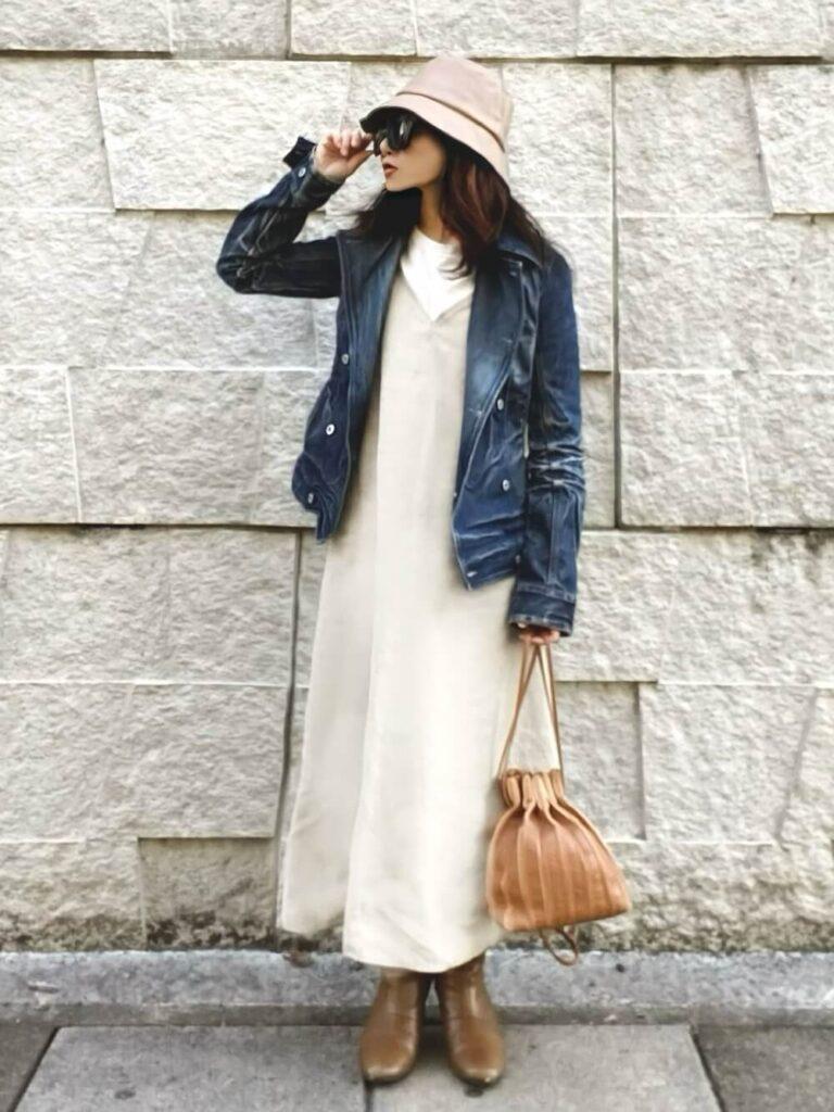 白のカットソー×キャミワンピ×ベージュのショートブーツ×青のライダースジャケットの秋冬コーデ