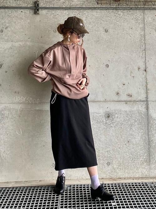 アノラックパーカー×黒のタイトスカート×黒のブーツ×ブラウンのキャップ