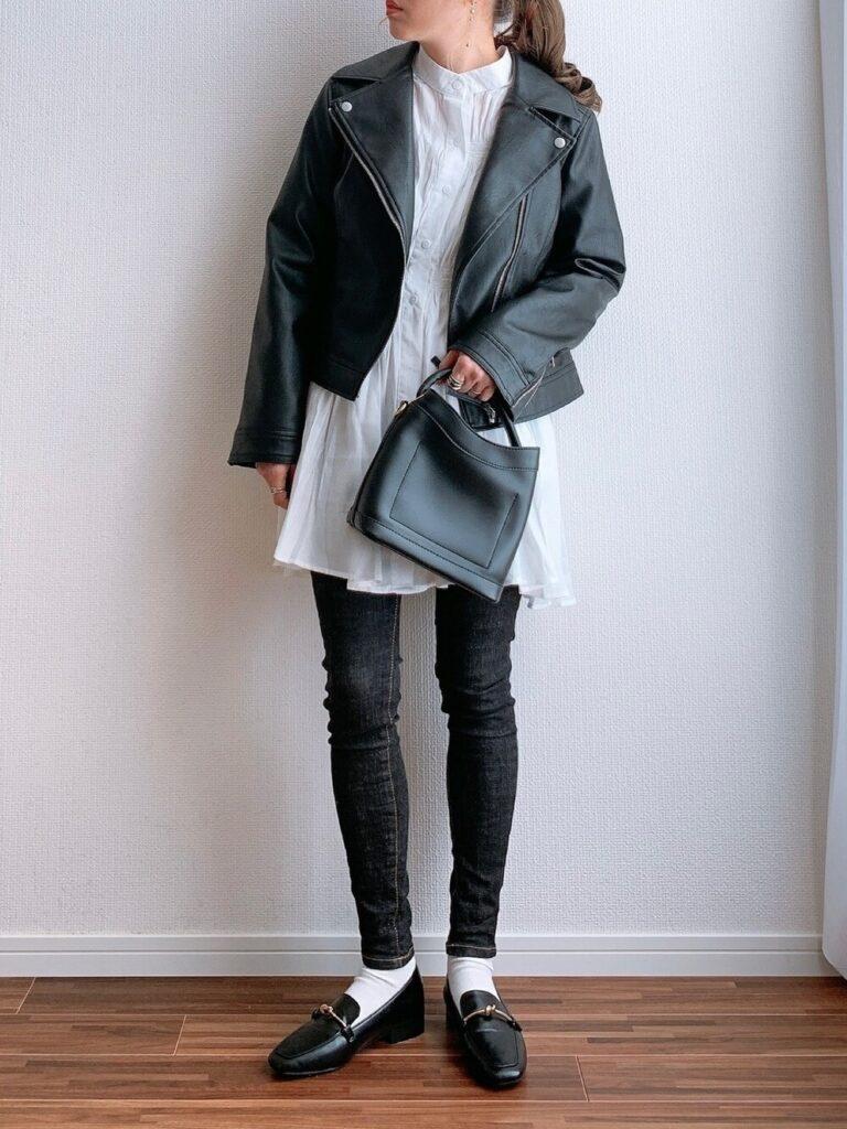 白のバンドカラーシャツ×黒のスキニーパンツ×ローファー×黒ライダースジャケットの秋冬コーデ