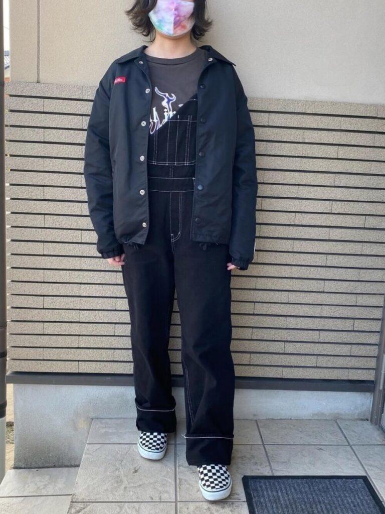 ロゴTシャツ×デニムサロペット×スニーカー×コーチジャケットのレディースコーデ