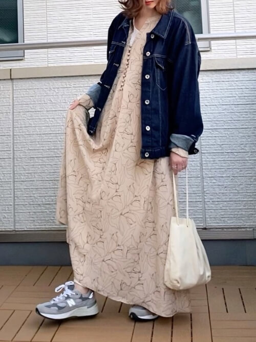 花柄ワンピース×スニーカー×Gジャン×白のバッグ