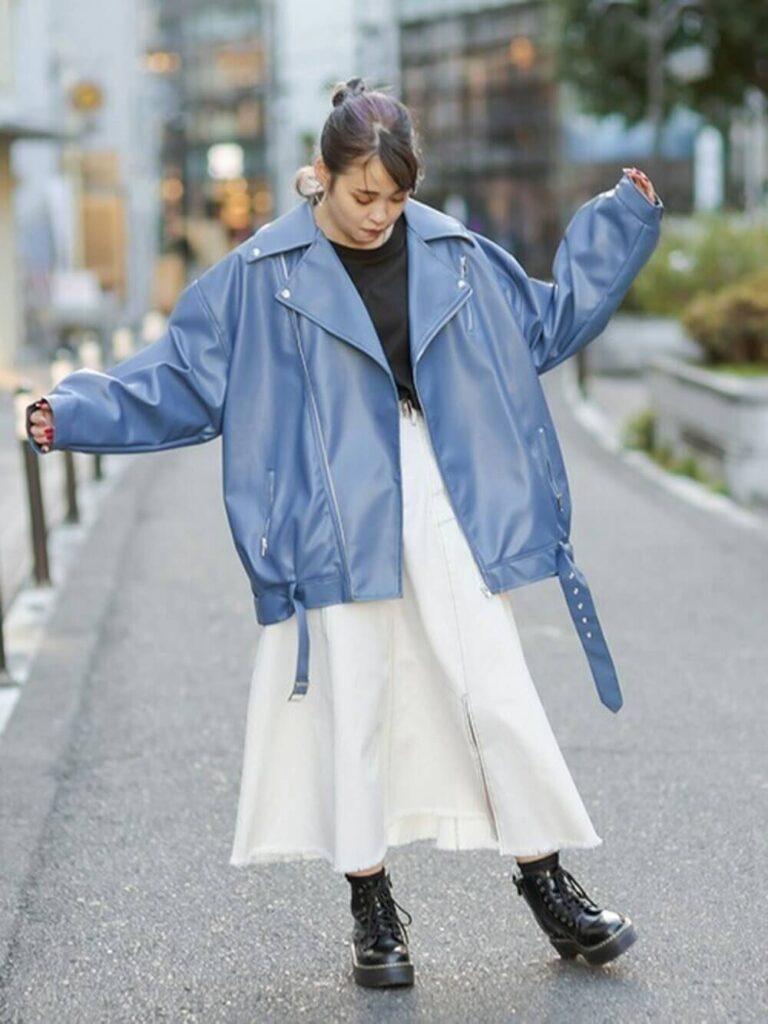 黒のカットソー×白のデニムスカート×黒のショートブーツ×青のライダースジャケットの秋冬コーデ