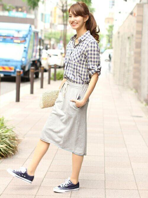 ネルシャツ×グレーのタイトスカート×黒のスニーカー