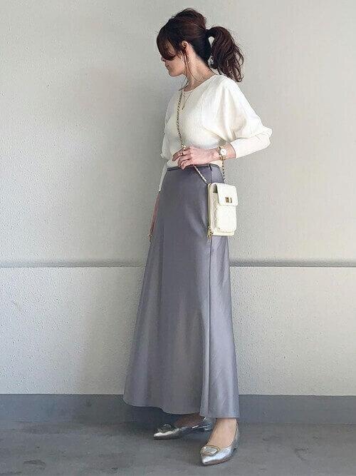 白のリブニット×グレーのスカート×シルバーのパンプス×白のショルダーバッグ