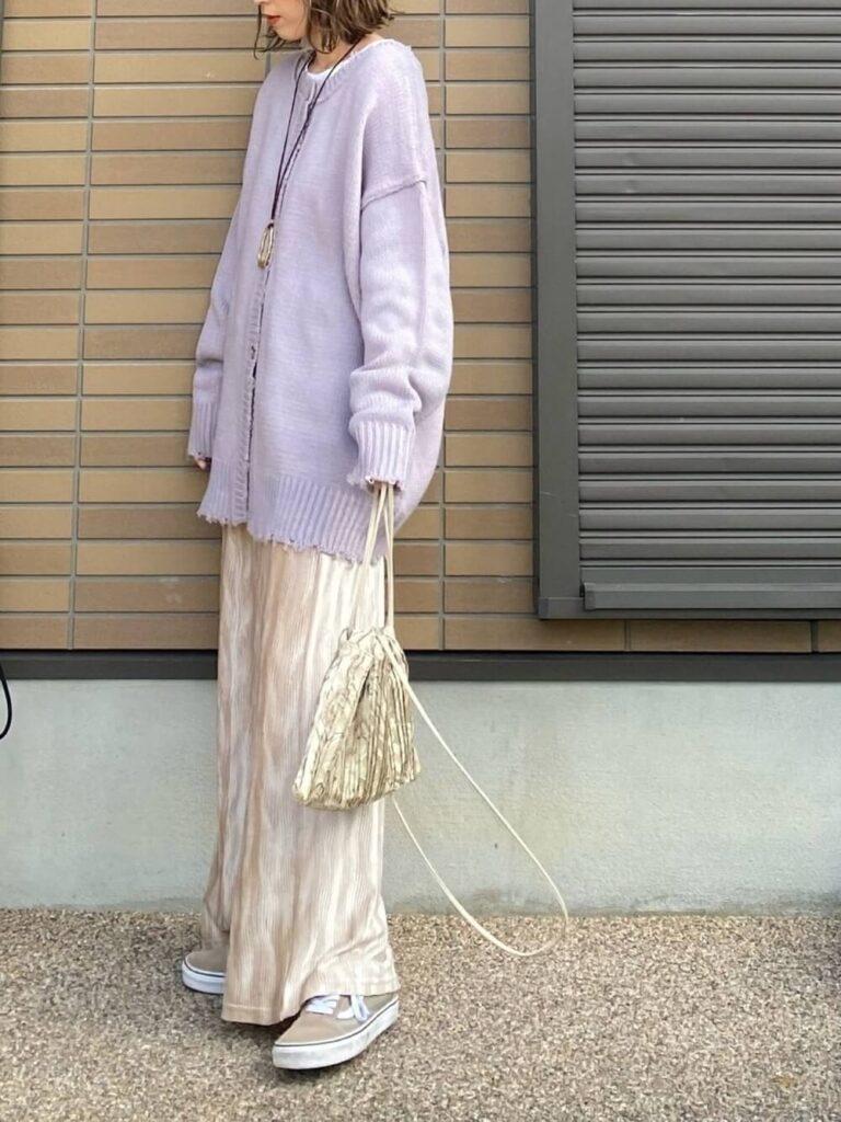 紫のダメージニットカーディガン×スニーカー×巾着バッグ×ベロアパンツの春夏コーデ