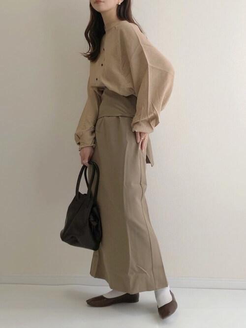 ラップスカート×ベージュのブラウス×ブラウンのパンプス×ブラウンのバッグ
