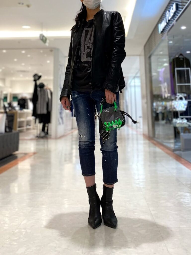 黒のカットソー×クロップドデニム×ショートブーツ×黒ライダースジャケットの秋冬コーデ