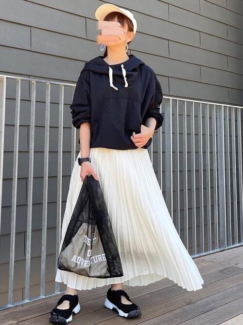 アノラックパーカー×白のプリーツスカート×黒のサンダル×黒のショルダーバッグ