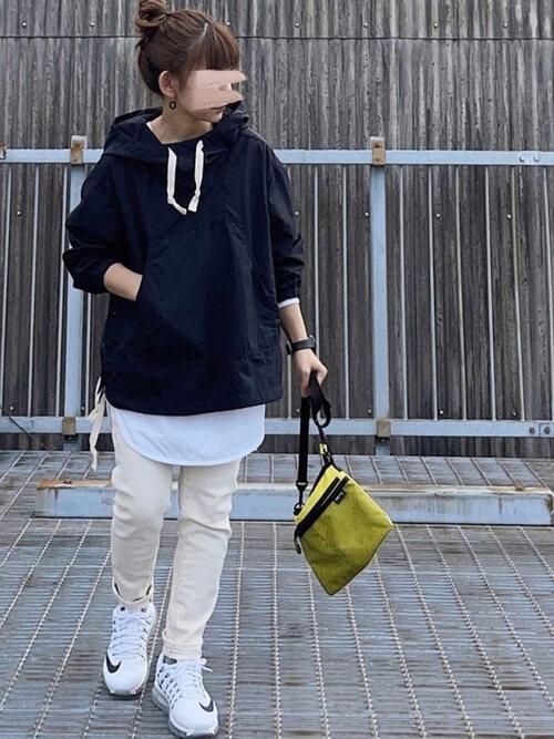 アノラックパーカー×白のTシャツ×ベージュのパンツ×白のスニーカー