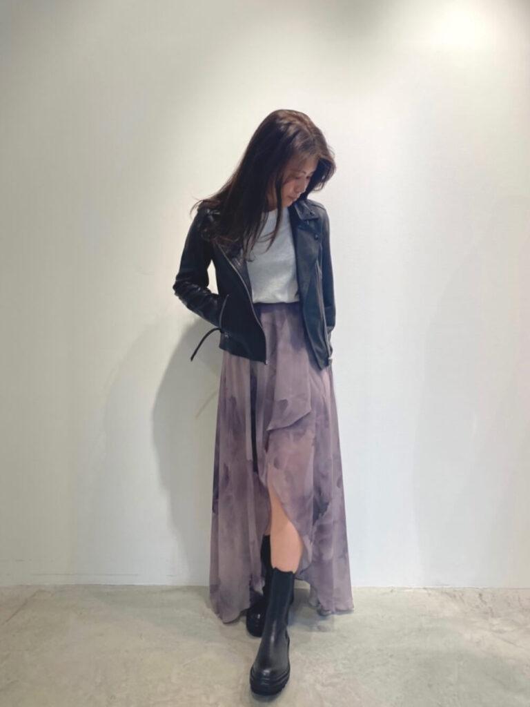 グレーのニット×フレアスカート×黒のショートブーツ×黒ライダースジャケットの秋冬コーデ