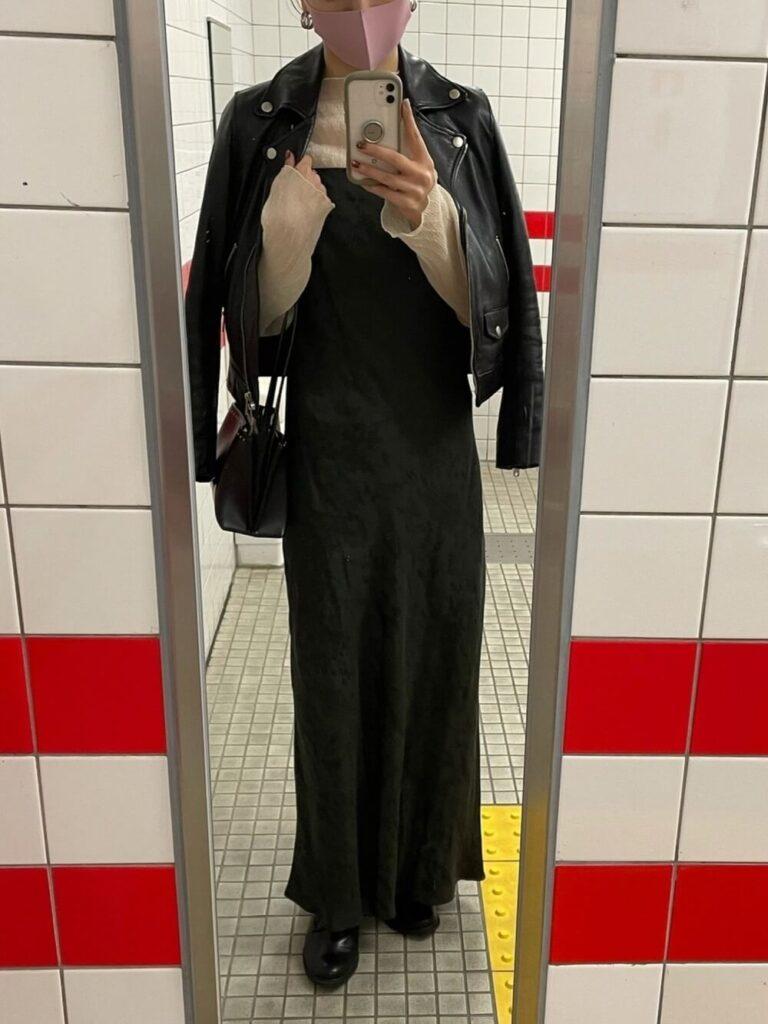 ベージュのブラウス×黒のキャミワンピース×レザーシューズ×黒ライダースジャケットの秋冬コーデ