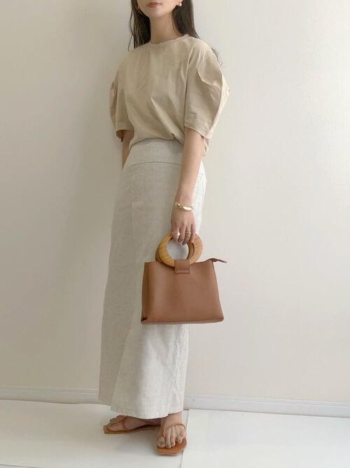 ラップスカート×ベージュのTシャツ×ブラウンのサンダル×ブラウンのバッグ