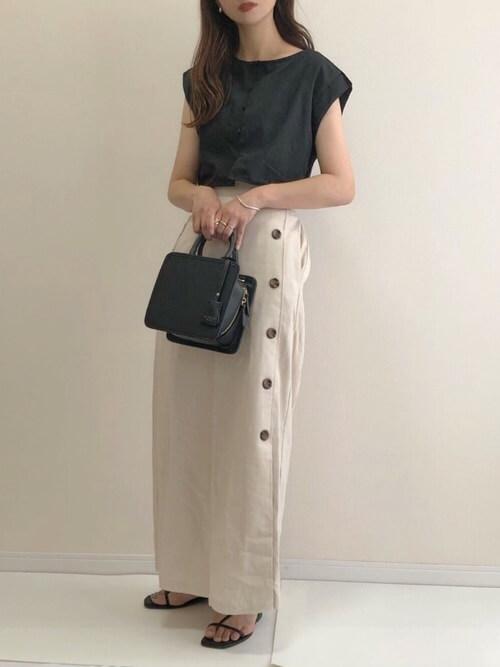ラップスカート×黒のTシャツ×黒のビーチサンダル×黒のバッグ