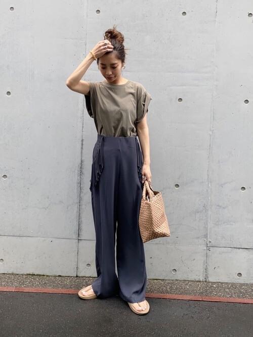 ワイドパンツ×ベージュのTシャツ×ベージュのサンダル×ベージュの編み込みバッグ