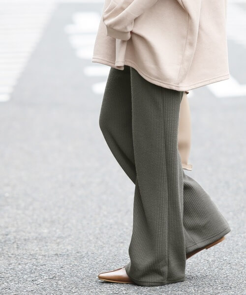 基本のワイドパンツの着こなし方:靴は裾からチラ見せが垢抜けたスタイルに!