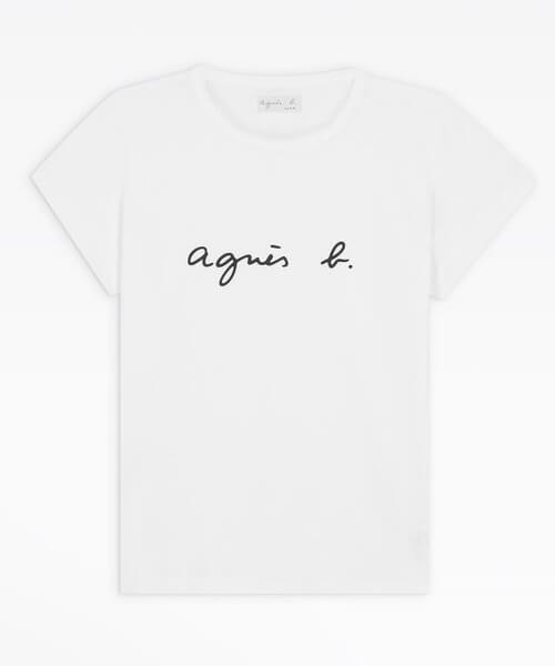 トレンチコートに合わせるインナー:ロゴTシャツ