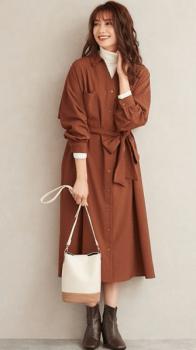 ブラウンのシャツワンピース×白のタートルネックニット×ブーツ