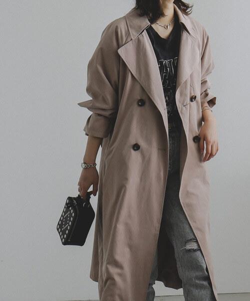 トレンチコート×黒のロゴTシャツ×デニムパンツ×黒のバッグ
