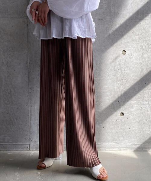 ワイドパンツと靴の見せ方:ブラウンのプリーツワイパンツ×ヒールサンダル