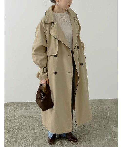 トレンチコート×ベージュのブラウス×デニムパンツ×ブラウンのパンプス×ブラウンのバッグ