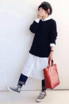白のシャツワンピース×ニットセーター×デニムパンツ×スニーカー