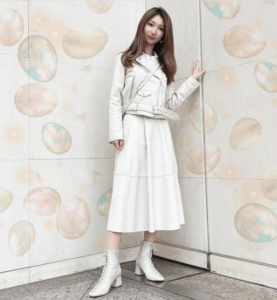 白のライダースジャケット×白のレザースカート×白のレースアップブーツ
