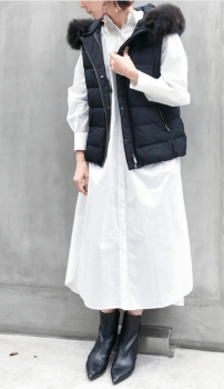 白のシャツワンピース×ダウンベスト×ブーツ