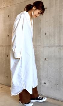 白のシャツワンピース×ワイドパンツ×スニーカー
