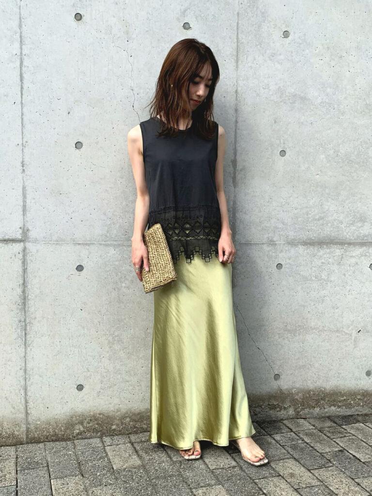 黒のノースリーブ×クリアサンダル×メタリックスカートのコーデ