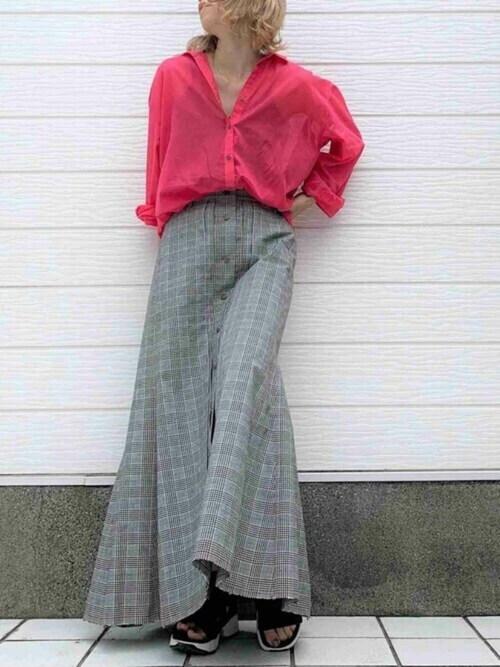 グレンチェクのスカート×赤のシャツ×黒のスニーカーサンダル