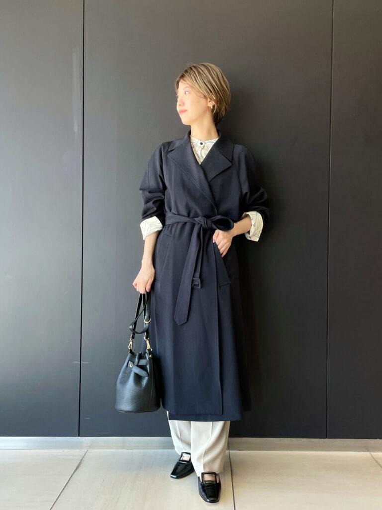 バンドカラーシャツ×白のスラックス×黒のパンプス×ネイビーのトレンチコートの秋冬コーデ