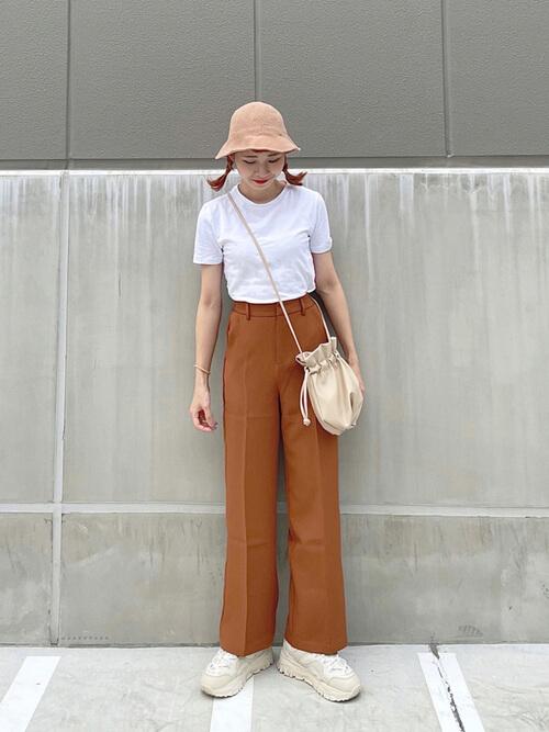Tシャツのタックイン:白のTシャツ×ブラウンのスラックス×白のスニーカー