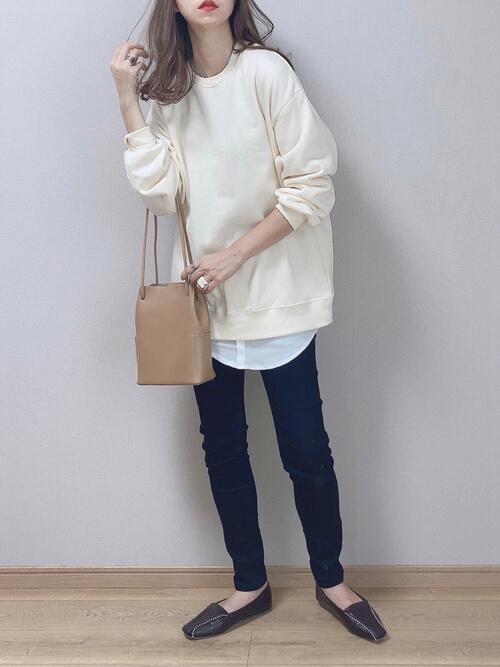 白のトレーナー×白のバンドカラーシャツ×黒のスキニーパンツ×黒のローファー×ベージュのバッグ