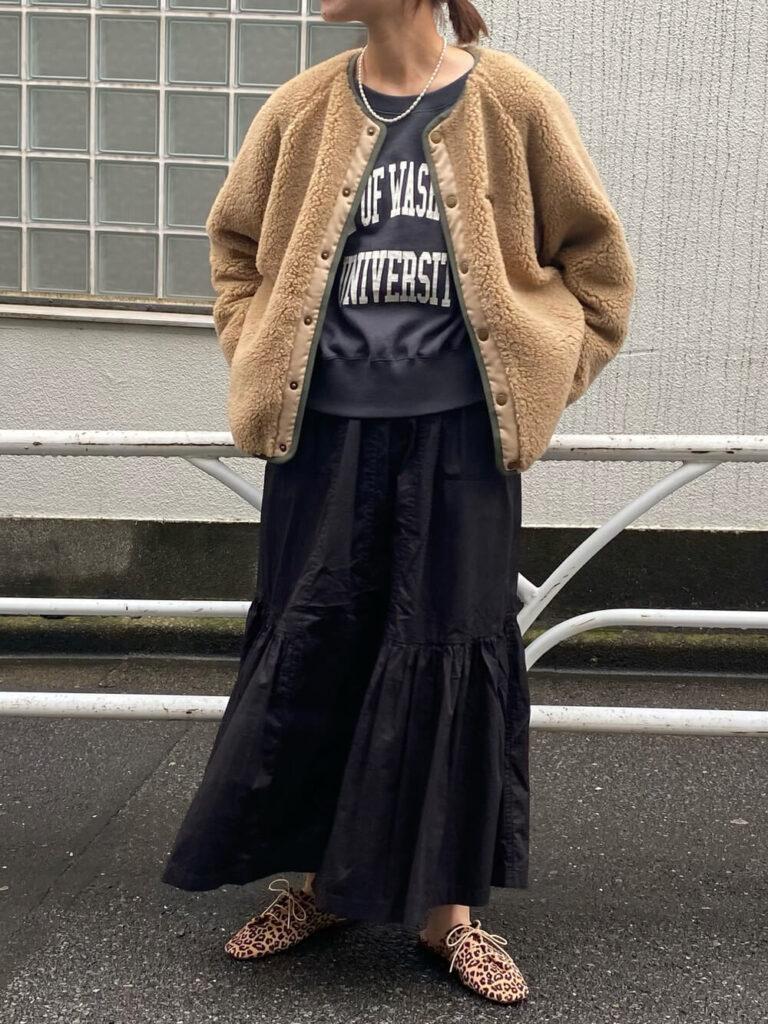 スウェット×ティアードスカート×ヒョウ柄シューズ×ボアブルゾンのレディースコーデ