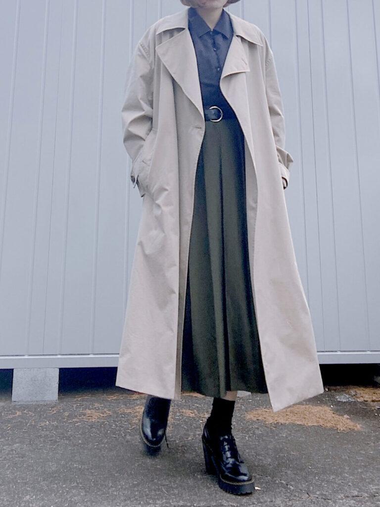ユニクロのトレンチコート×リラックス長袖シャツ×ワイドプリーツスカート×ブーツ