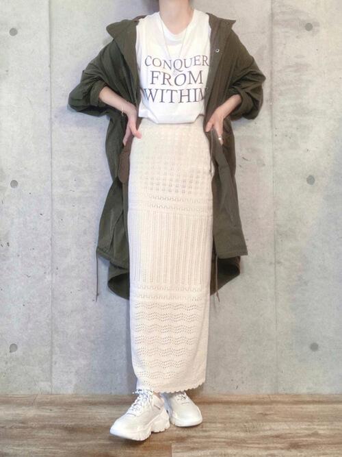 カーキのモッズコート×白のロゴTシャツ×編み込みのロングタイトスカート×白のスニーカー