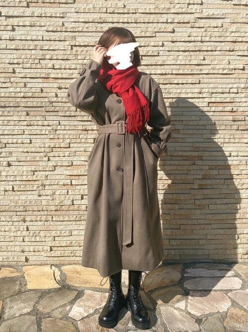 赤のマフラー×ブラウンのチェスターコート×黒のブーツ