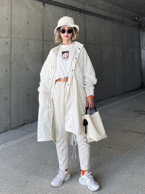 白のモッズコート×白のロゴTシャツ×白のパンツ×白のスニーカー×白のバケットハット